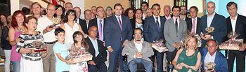 """Cuenca reitera """"el compromiso, el apoyo y sensibilidad"""" del Gobierno de Cospedal hacia las personas con discapacidad. Foto de familia de los premiados y autoridades."""