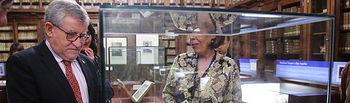 El consejero de Educación, Cultura y Deportes, Ángel Felpeto, durante la visita de la exposición 'El arte de ilustrar: 20 miradas', que ha inaugurado en la Biblioteca de Castilla-La Mancha. (Foto: Álvaro Ruiz // JCCM)