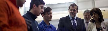 """El presidente del Gobierno en funciones, Mariano Rajoy, durante el recorrido al Centro Integral de Formación Profesional """"Profesor Raúl Vázquez"""" de Madrid"""
