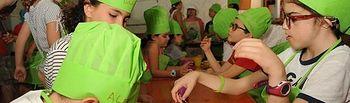 El 'arte en los fogones' en el campamento inclusivo de verano de la ONCE en Madrid