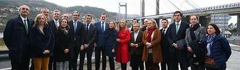 El presidente del Gobierno, Mariano Rajoy, junto a los asistentes al acto de inauguración de la ampliación del Puente de Rande, en Pontevedra