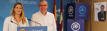 La secretaria general del PP-CLM, Carolina Agudo, en la rueda de prensa que ha ofrecido en Albacete junto al presidente provincial del PP, Vicente Aroca.