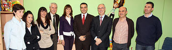 El director general de Familia, Hugo Muñoz (centro) con los profesionales del Punto de Encuentro Familiar de Alcázar de San Juan (Ciudad Real), además del alcalde de la localidad, José Fernando Sánchez Bódalo (4i), y el delegado provincial de Salud y Bienestar Social, Ricardo Ruiz.