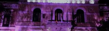 Fachada Diputación de Guadalajara iluminada.