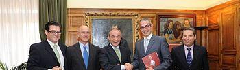 El alcalde de Talavera, José Francisco Rivas, y el director Territorial de CCM en Toledo, Alfonso López Blanco, tras la firma del convenio