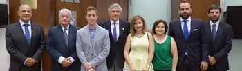 El Colegio de Médicos entrega tres becas de formación a alumnos de la facultad de Medicina