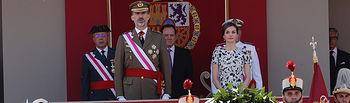"""Sus Majestades los Reyes durante el movimiento de los Guiones y los porta Corona, a los acordes de """"La muerte no es el final"""""""