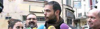 Manuel Granado atiende a medios ante bar Soria