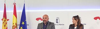 El vicepresidente segundo del gobierno regional, José García Molina, durante la rueda de prensa que ha ofrecido hoy en el Palacio de Fuensalida para informar sobre asuntos tratados en el Consejo de Gobierno, junto a la consejera para la Coordinación del Plan de Garantías Ciudadanas, Inmaculada Herranz. (Foto: Álvaro Ruiz // JCCM)