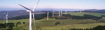Educar en el consumo energético, en su optimización y en el desarrollo de energías alternativas, forma parte de los retos empresariales. Foto parque eólico.
