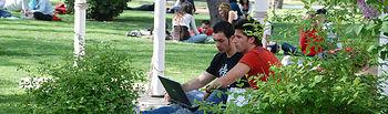 Alumnos, estudiando en el Campus de la Fábrica de Armas de Toledo.