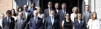 El presidente del Gobierno, Mariano Rajoy y el embajador británico en España, Simon Manley, y altos cargos del Gobierno, durante el minuto de silencio que se guardó en el Complejo de La Moncloa en señal de duelo por el atentado ocurrido anoche en Manchester.
