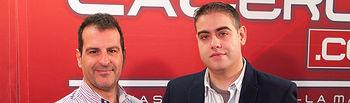 Ángel Tejada (izq.), presidente del CB. UCA, y Manuel Lozano García, Director del departamento de Informática del Grupo La Cerca, y Apoderado de la empresa, durante la firma del Convenio que une a ambas entidades para las dos próximas temporadas.
