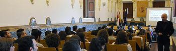 El profesor Forcada durante su intervención.