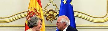 El Ministro de Asuntos Exteriores, Unión Europea y Cooperación, Josep Borrell, y la Administradora Provisional Única de la Corporación de Radio y Televisión Española (RTVE), Rosa María Mateo.