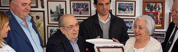 """Antonio y Ramona Montes, segunda generación de """"La Higuerica"""", reciben una placa conmemorando el centenario del restaurante \""""La Higuerica\"""""""