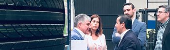 Rosa Romero visita una empresa de automoción de Pedro Muñoz.