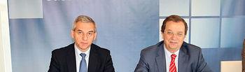 El consejero de Ordenación del Territorio y Vivienda, Julián Sánchez Pingarrón, durante la firma del contrato con el presidente del Consejo de Administración de la empresa adjudicataria del proyecto Infraeco (Infraestructura y Ecología, S.L.), Andrés Blanco.