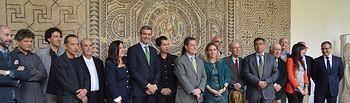 Álvaro Gutiérrez junto a los artistas y autoridades asistentes a la inauguración de Bodegones