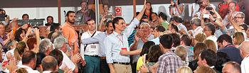 Pedro Sánchez saluda a los militantes.