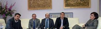 En la imagen el vicepresidente 1º Rafael Esteban y la diputada de Promoción Económica Covadonga Pastrana con los representantes de las DO