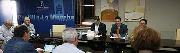 El consejero de Agricultura, Medio Ambiente y Desarrollo Rural, Francisco Martínez Arroyo, se reune con representantes de COAG. Foto: JCCM.
