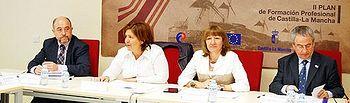 Las consejeras de Educación, Ciencia y Cultura, María Ángeles García (2d) y de Empleo, Igualdad y Juventud, Paula Fernández (2i), durante el Pleno del Consejo de Formación Profesional de Castilla-La Mancha, que hoy se celebra en Toledo.