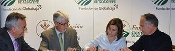 La Presidenta de AFEPA, Dña. Julia Núñez Polo en el momento de la firma en presencia del Director General de la Fundación D. Francisco Javier Martínez Ortuño y el Director Gerente D. Moisés Cano Moreno.