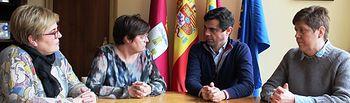 Javier Cuenca durante la reunión con la presidenta de ACMIL, Susana Regodón.