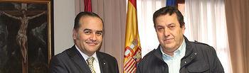 José Julián Gregorio junto al alcalde de Segurilla, Pablo Barroso.