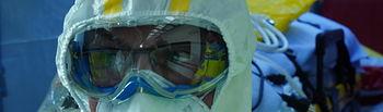 Coronavirus- Trabajador sanitario con traje de protección individual y mascarilla. Foto: Ministerio de Transportes, Movilidad y Agenda Urbana (Mitma)
