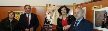 Pilar Sierra, Juan Gil, Antonia Sánchez y Francisco Galdón inauguran la exposición.
