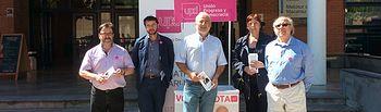 Miembros de la candidatura de UPyD al Ayuntamiento de Albacete, encabezados por Hernando Martínez, candidato a la Alcaldía, atendieron una mesa informativa en el campus de la UCLM