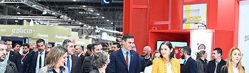 El presidente del Gobierno, Pedro Sánchez, acompañado de la vicepresidenta cuarta y ministra para la Transición Ecológica y el Reto Demográfico, Teresa Ribera, y la ministra de Industria, Comercio y Turismo, Reyes Maroto, a su llegada al stand de Turespaña en FITUR.
