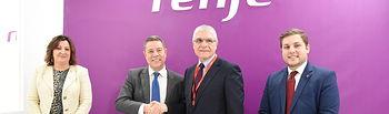 El presidente de Castilla-La Mancha, Emiliano García-Page, firma un convenio con RENFE en el stand de la compañía ferroviaria en FITUR. (Fotos: José Ramón Márquez // JCCM).