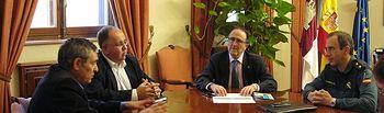 El subdelegado del Gobierno en Albacete, Federico Pozuelo, se reúne con el alcalde de Munera, Pedro Pablo Sánchez