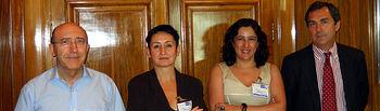 La decana de Bellas Artes, Ana Navarrete, y la vicerrectora Fátima Guadamillas, en el centro, tras la firma del convenio