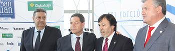 Emiliano García-Page (2º izq.), junto al presidente de las Cortes de CLM, Gregorio Jesús Fernández Vaquero (1º izq.), y Artemio Pérez Alfaro (3º izq.), presidente de FEDA, y Antonio Atiénzar (1º drcha.), también de FEDA, en la Gala de entrega de los Premios Empresariales San Juan de Albacete.