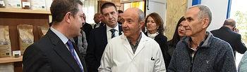 El presidente de Castilla-La Mancha, Emiliano García-Page, visita la empresa 'Rincón del Segura', ubicada en Villares. (Fotos: José Ramón Márquez // JCCM).