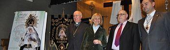 Presentación Cartel Semana Santa de Albacete 2014. En la imagen, Carmen Bayod, alcaldesa de Albacete, con los representantes de la Junta de Cofradías de Albacete y el obispo de la localidad, Ciriaco Benavente.