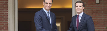 El presidente del Gobierno en funciones, Pedro Sánchez, saluda al presidente del Partido Popular, Pablo Casado.