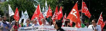 Concentración de delegados sindicales junto a las Cortes de CLM