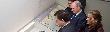 Acto de entrega de unas tijeras de escritorio de 1743, obra del artesano albaceteño Ignacio Munera, por parte delde la Fundación Globalcaja