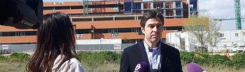 El diputado del PP, Lorenzo Robisco, muestra la paralización de las obras de ampliación del Hospital de Guadalajara