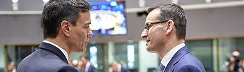 El presidente del Gobierno, Pedro Sánchez, conversa con el primer ministro de Polonia, Mateusz Morawiecki, al inicio de la reunión del Consejo Europeo.