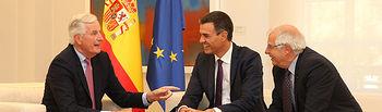 El presidente del Gobierno, Pedro Sánchez, y el ministro de Asuntos Exteriores, Unión Europea y Cooperación, Josep Borrell, conversan con el jefe de la negociación con el Reino Unido, Michel Barnier.