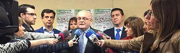 Fotografía de la atención a medios realizada por el delegado de la Junta en Albacete, Pedro Antonio Ruiz Santos.