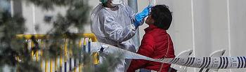 Coronavirus - Una sanitaria realiza a una trabajadora de servicios esenciales un test rápidos de coronavirus. Foto: Europapress2020