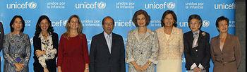 Su Majestad la Reina Doña Sofía junto a la presidenta de la Fundación Rafal del Pino, María del Pino y Calvo-Sotelo, el secretario de Estado de Asuntos Exteriores, Gonzalo de Benito y la presidenta de Unicef España, Consuelo Crespo. (Foto EFE).