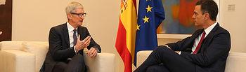 El presidente del Gobierno, Pedro Sánchez, conversa con el director ejecutivo de Apple, Tim Cook, durante la reunión que han mantenido en La Moncloa.